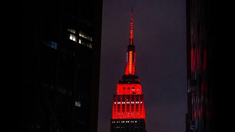 """Το εμβληματικό Empire State Building στα """"κόκκινα"""", σε μια συμβολική -αλλά και αμφιλεγόμενη- ενέργεια, που καταδεικνύει τις δραματικές στιγμές που ζει η Νέα Υόρκη"""