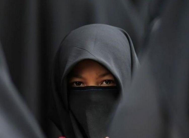 Πρόταση νόμου για απαγόρευση μαντήλας σε δημόσια εκπαιδευτήρια και όχι μόνο