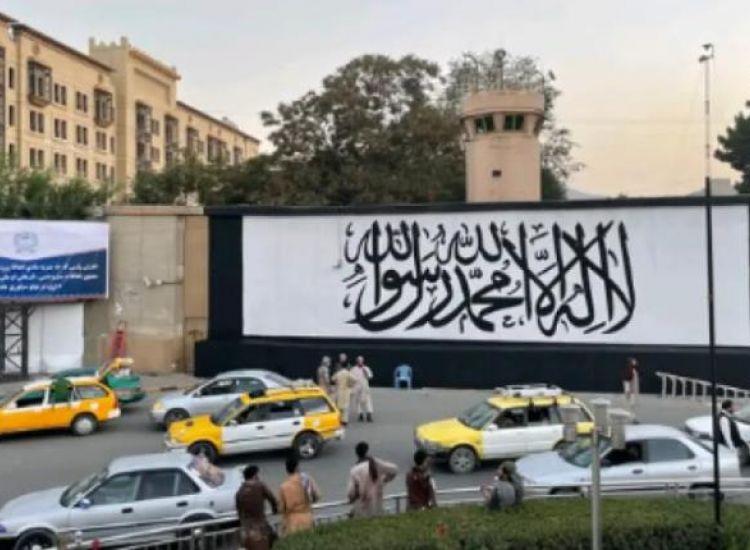 Οι Ταλιμπάν ζωγράφισαν τη σημαία τους έξω από την αμερικανική πρεσβεία