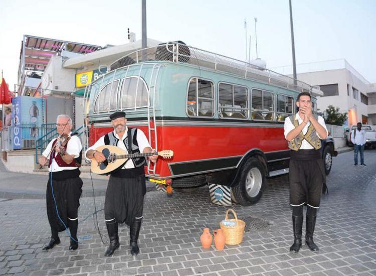 Αγία Νάπα: Κατεβαίνουν από το λεωφορείο και αρχίζουν τους παραδοσιακούς χορούς
