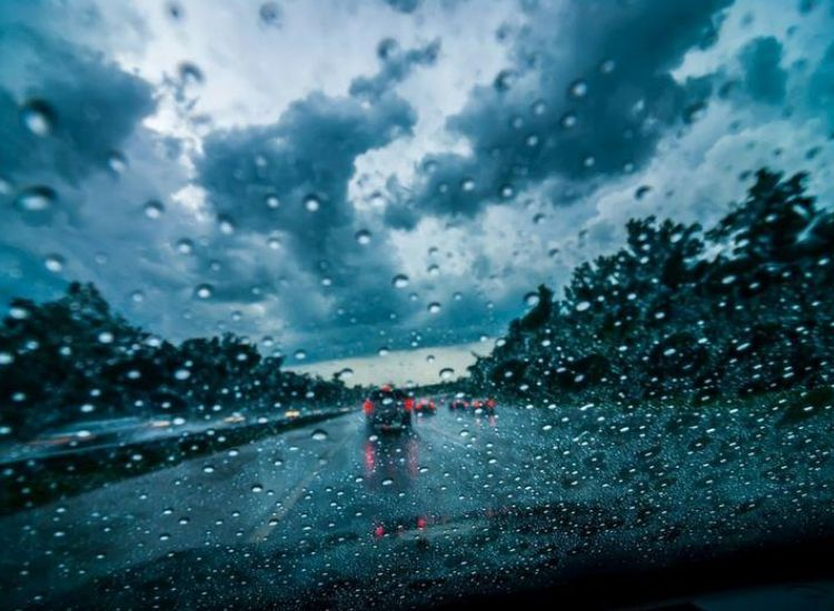 Οδήγηση σε σε βρεγμένο οδόστρωμα-Όσα πρέπει να προσέξετε