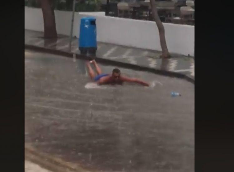 Τουρίστας...κολυμπάει στους δρόμους του Πρωταρά!