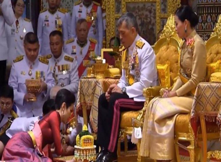 Ο βασιλιάς της Ταϊλάνδης με τη σύζυγό του, παρουσίασε στο λαό την ερωμένη του (vid)