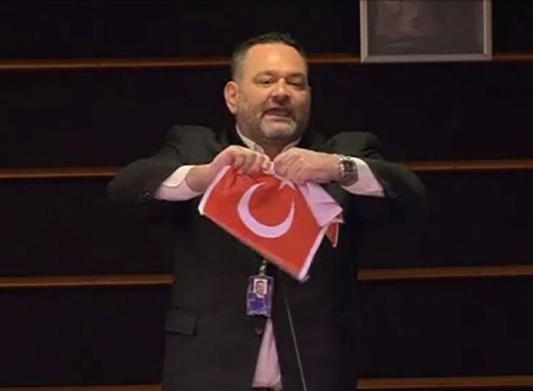 Ο ευρωβουλευτής Λαγός έσκισε τουρκική σημαία στο ευρωκοινοβούλιο - Οργισμένη αντίδραση της Άγκυρας