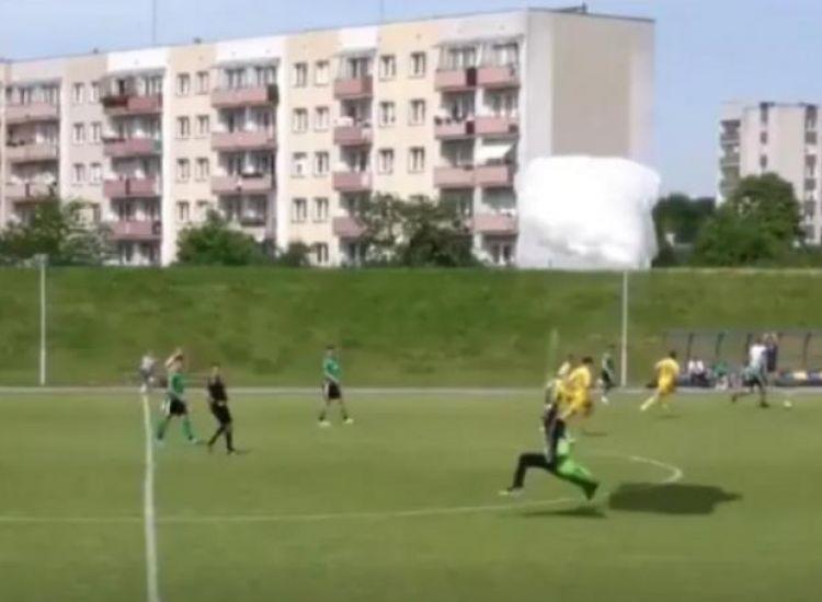 Απίστευτο: Αλεξιπτωτιστής προσγειώθηκε σε γήπεδο… την ώρα του αγώνα (βίντεο)