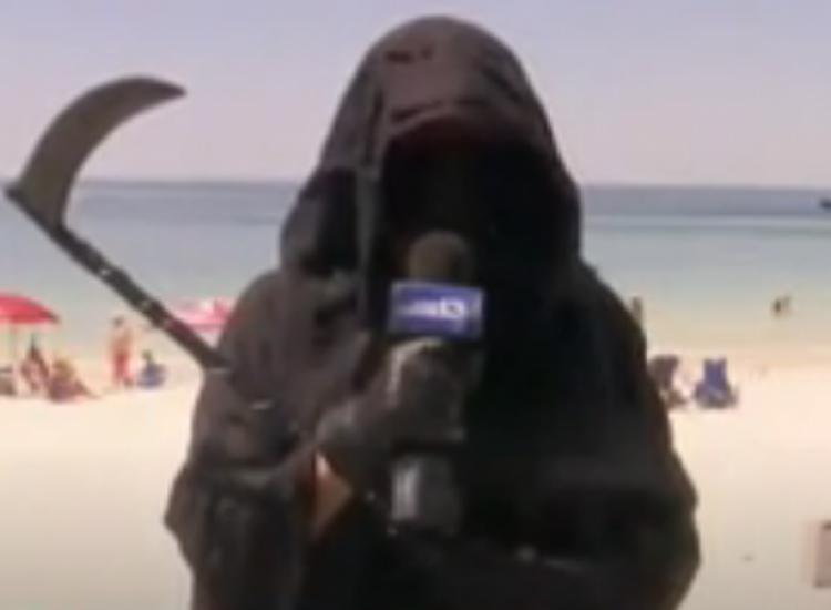 """Φλόριντα: Ντύθηκε """"χάρος"""" σε παραλία για να προειδοποιεί τον κόσμο για τον ιό"""