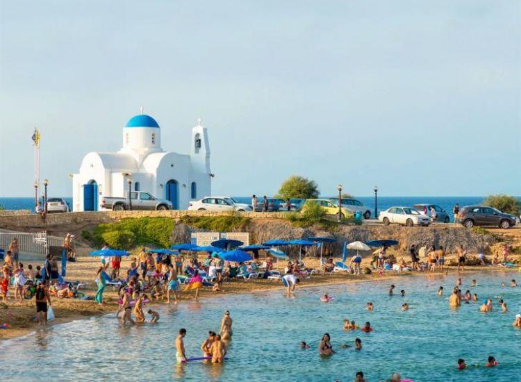 Σε καλοκαιρινή άδεια η μισή Κύπρος (οι αριθμοί)