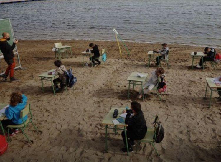 Ισπανοί μαθητές μετέφεραν τις τάξεις τους στην... παραλία