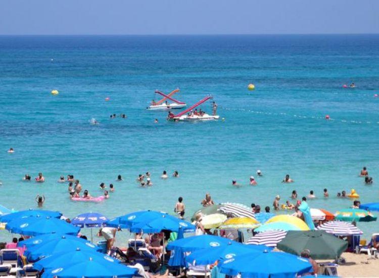 Ο Ιούλιος σηματοδοτεί το άναμμα των μηχανών του τουρισμού