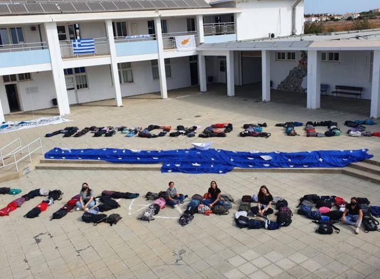 """Λύκειο Κοκκινοχωρίων: Σχημάτισαν με τις σχολικές τους τσάντες τη λέξη """"Αμμόχωστος"""""""
