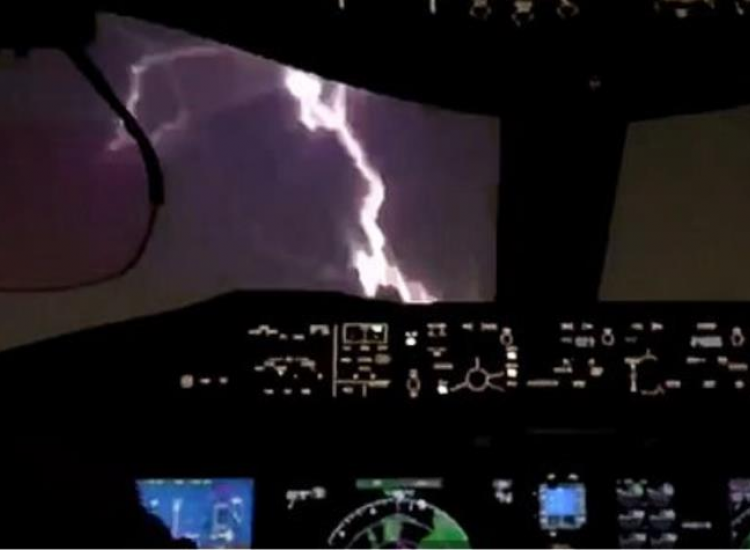 ΒΙΝΤΕΟ: Η στιγμή που κεραυνός χτυπά τη «μύτη» αεροπλάνου καθώς ετοιμάζεται να προσγειωθεί