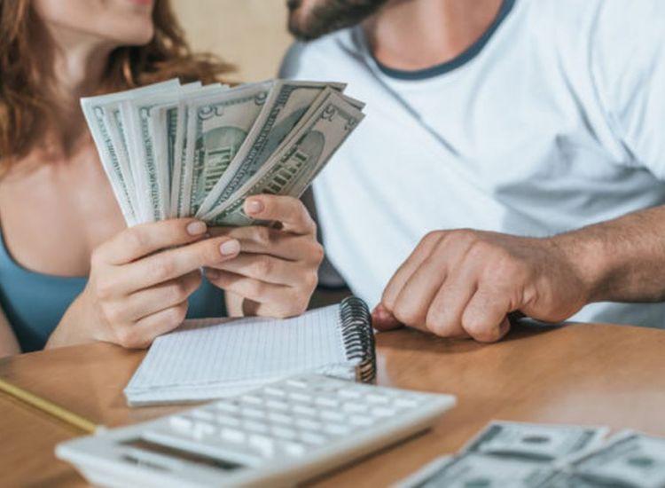 ΗΠΑ: Τράπεζα έβαλε κατά λάθος 120.000 δολάρια σε λογαριασμό ζευγαριού – Αυτοί τα ξόδεψαν
