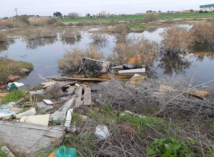 Απέραντος σκουπιδότοπος η λίμνη Παραλιμνίου – Πετούν από καναπέδες μέχρι τηλεοράσεις (φωτος)