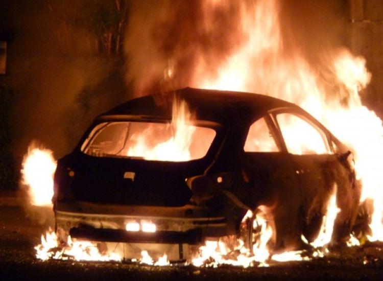 Στις φλόγες όχημα ταξί στο Λιοπέτρι-Στο σημείο Πυροσβεστική