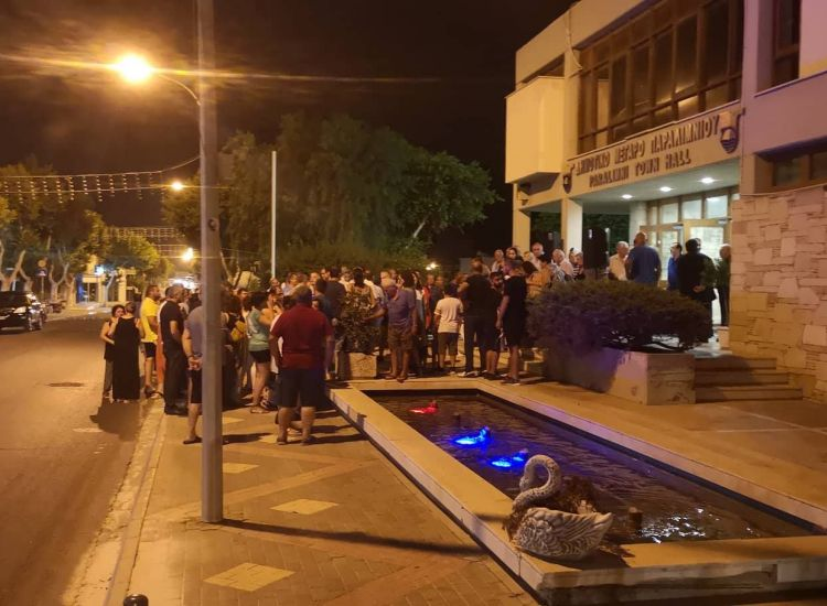 ΠΑΡΑΛΙΜΝΙ ΤΩΡΑ: Εκδήλωση διαμαρτυρίας για την έκρηξη στην οικία του δημάρχου