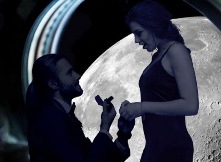 Πρόταση γάμου σε πτήση πάνω από τη Σελήνη