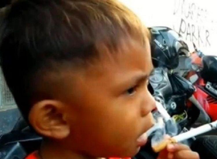 Αγοράκι μόλις 2 ετών καπνίζει 40 τσιγάρα την ημέρα (βίντεο)