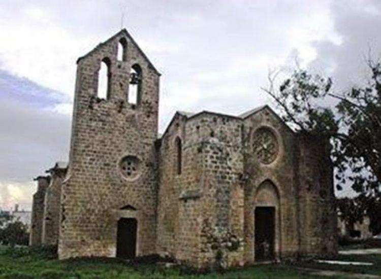 Η πρώτη θεία λειτουργία στον Άγιο Γέωργιο τον Εξορινό μετά το άνοιγμα του οδοφράγματος της Δερύνειας