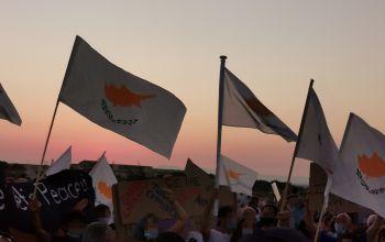 Δερύνεια: Τσακώθηκαν για τις...σημαίες