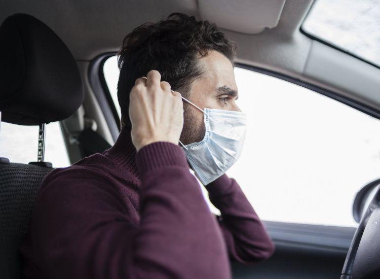 Οι νέες οδηγίες του Υπ. Μεταφορών για τη χρήση μάσκας σε αυτοκίνητα και λεωφορεία