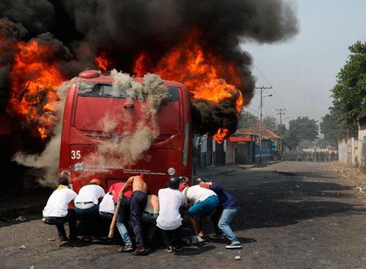 Έκρυθμη η κατάσταση στη Βενεζουέλα με τον αριθμό των νεκρών να αυξάνεται (ΦΩΤΟ)