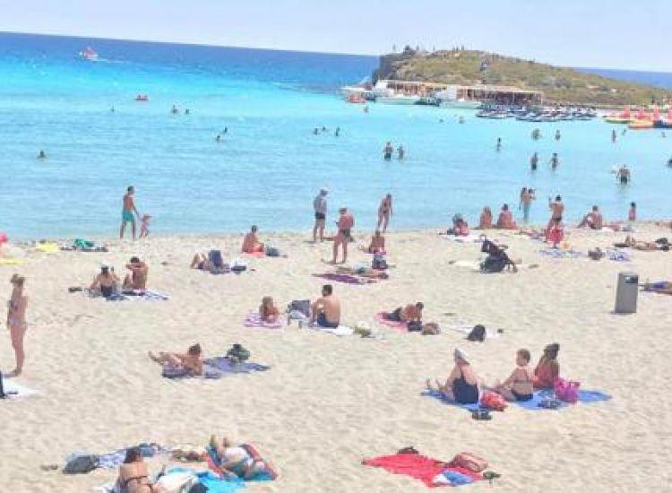 Γέμισαν με κόσμο οι παραλίες στην Αγία Νάπα (photos)