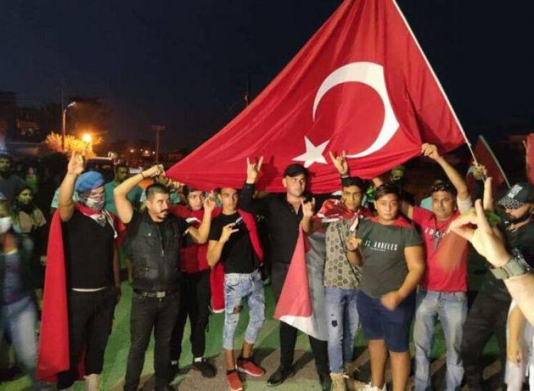 Δερύνεια: Κατέβηκαν με τις τουρκικές σημαίες φωνάζοντας συνθήματα