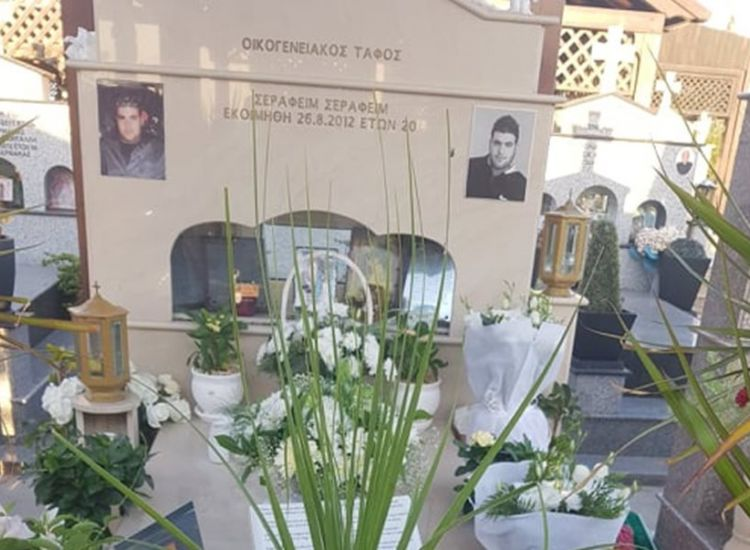 Ξυλοτύμπου: Κλέβουν λουλούδια από τον τάφο του γιου μου - Καίγεται η ψυχή μου