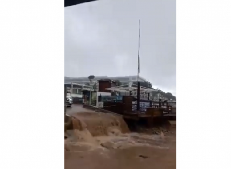 Δρόμος του Πρωταρά μετατράπηκε σε ποτάμι (video)