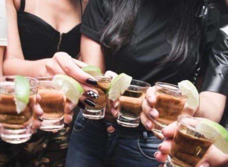 Τέλος το αλκοόλ σε 17χρονους