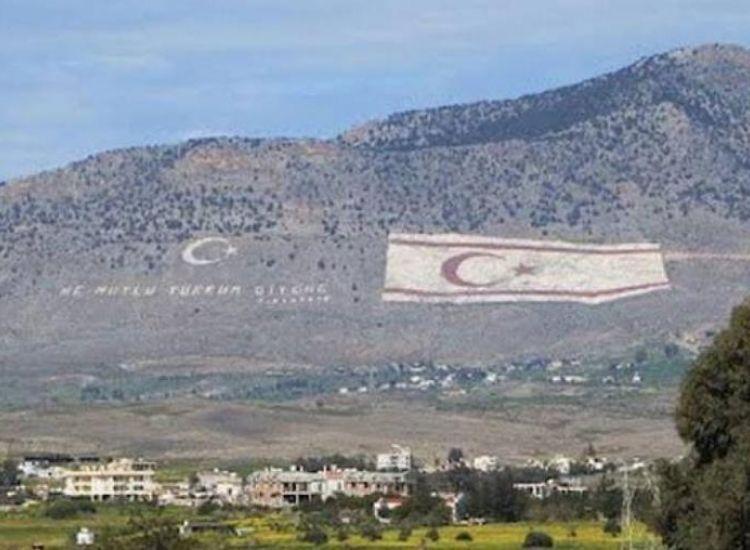 Μπογιατίζουν ξανά τη σημαία της ντροπής στον Πενταδάκτυλο
