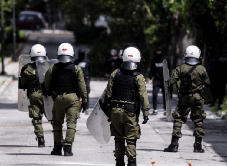 Επεισόδια έξω από αστυνομικό σταθμός στην Αθήνα-Τραυματίες δύο αστυνομικοί