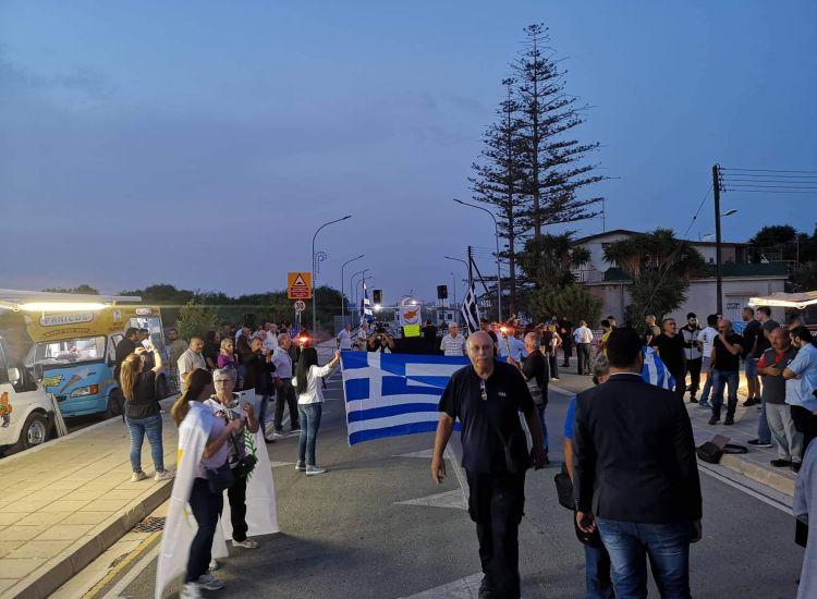 ΔΕΡΥΝΕΙΑ-ΤΩΡΑ: Σε εξέλιξη η διαμαρτυρία στο οδόφραγμα (photos)
