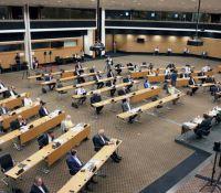 Η στιγμή που ο ισχυρός σεισμός διακόπτει τη συνεδρία της Ολομέλειας (video)