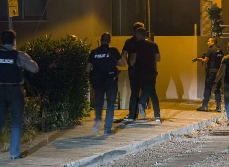 ΠΑΡΑΛΙΜΝΙ: Μπούκαραν οι αστυνομικοί στην οικία και πετούσε πράγματα από το παράθυρο