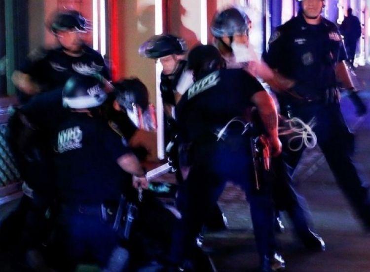 ΗΠΑ: Κατηγορίες στον αστυνομικό που ακινητοποίησε με το γόνατο Αφροαμερικανίδα